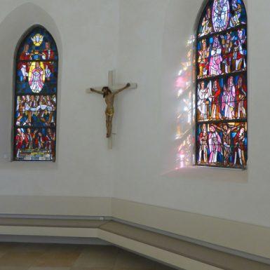Chorfenster der katholischen Kirche Mariä Himmelfahrt in Eybach