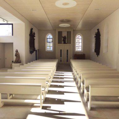 Innenraum der katholischen Kirche Mariä Himmelfahrt in Eybach mit Blick Richtung Ausgang
