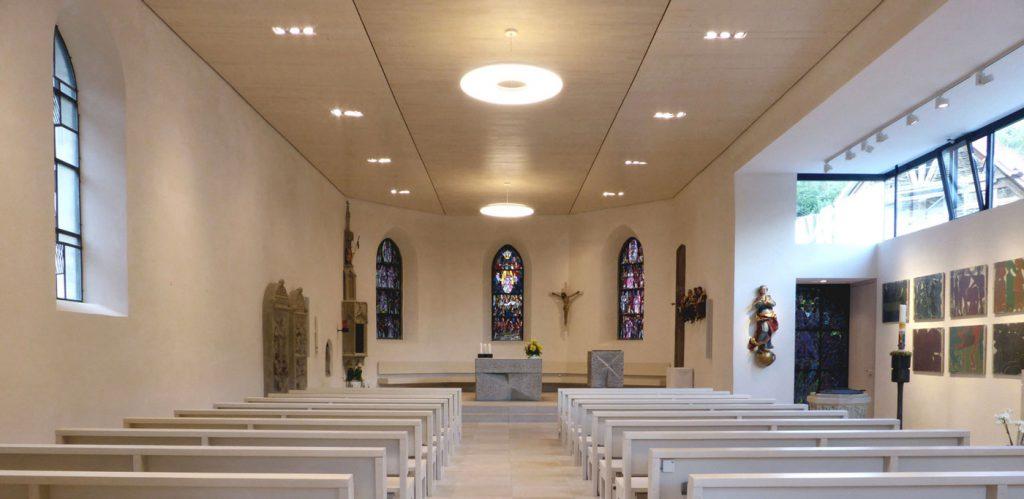 Innenraum der katholischen Kirche Mariä Himmelfahrt in Eybach, mit Blick auf den Chor