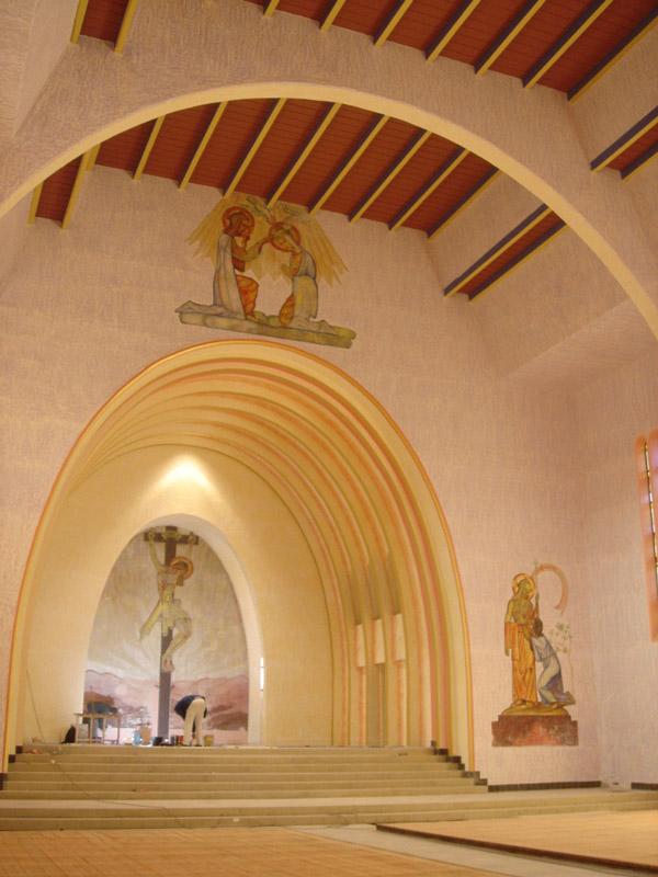 Blick auf den Chor der katholischen Kirche Mariä Himmelfahrt in Süßen