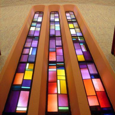 Glasfenster der katholischen Kirche Mariä Himmelfahrt in Süßen
